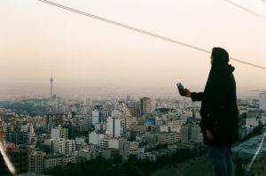 Nesa Azadikhah es una joven DJ iraní de 31 años. Mujer, joven y DJ